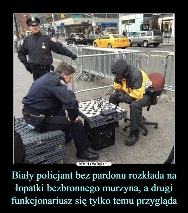 Biały policjant bez pardonu rozkłada na łopatki bezbronnego murzyna, a drugi funkcjonariusz się tylko temu przygląda –