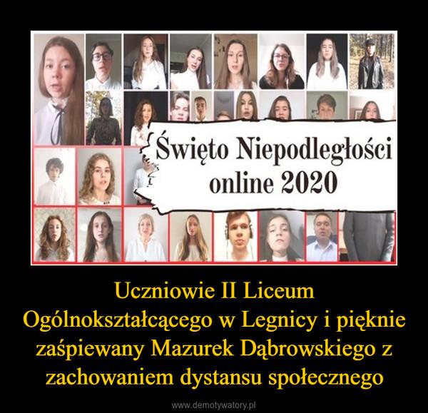 Uczniowie II Liceum Ogólnokształcącego w Legnicy i pięknie zaśpiewany Mazurek Dąbrowskiego z zachowaniem dystansu społecznego –